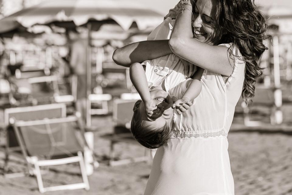 fotografia bianco e nero mamma e figlio spiaggia rimini